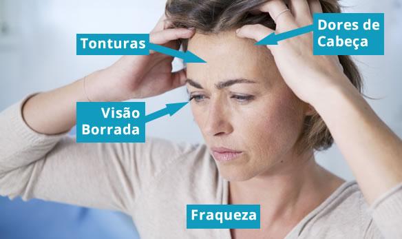 Sintomas como uma dor de cabeça de início recente, tontura, alteração da visão e fraqueza podem ser indicativos de pressão alta.